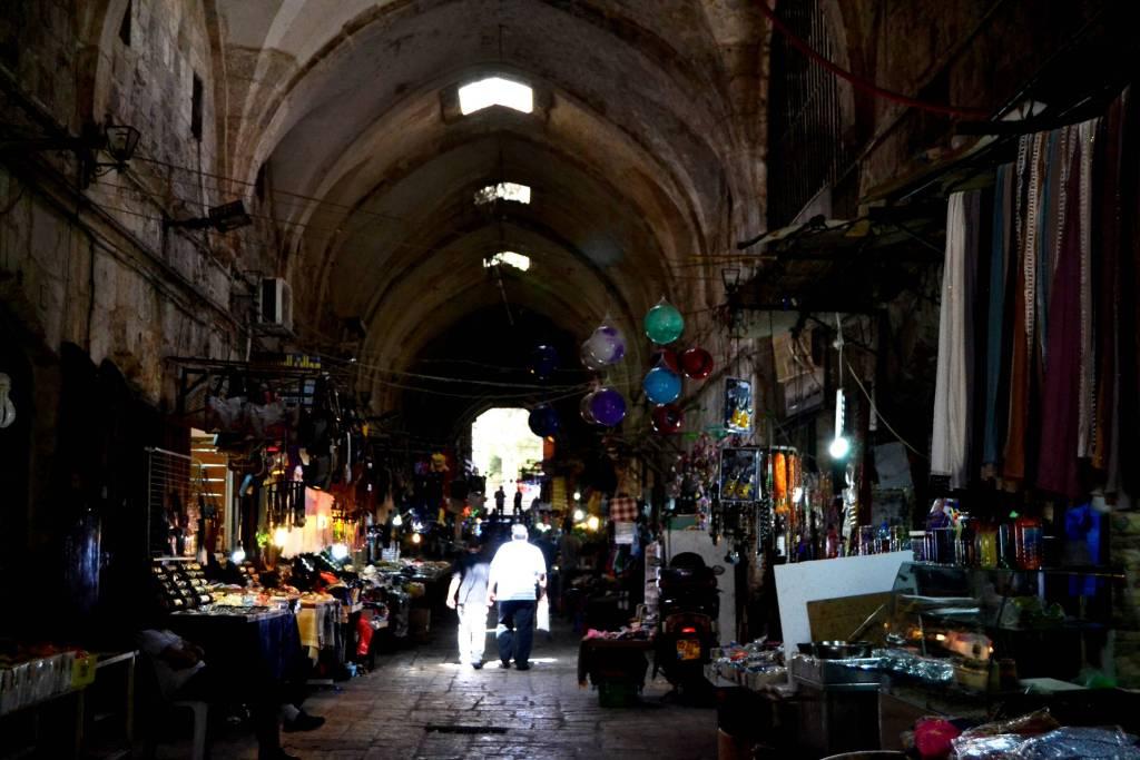 Antiguo mercado del algodón, en la ciudad vieja. Al fondo, tras la enorme puerta, se alza la Explanada de las Mezquitas. Foto de Daniel Rosselló.