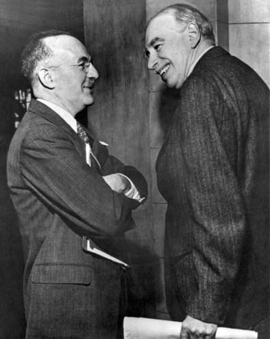 Dexter White (izq.) y Keynes (dcha) en la conferencia de Bretton Woods. Fuente: Wikipedia