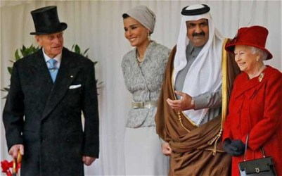 El emir Hamad bin Khalifa al-Thani y su esposa Mozah, con la reina Isabel II. The Telegraph