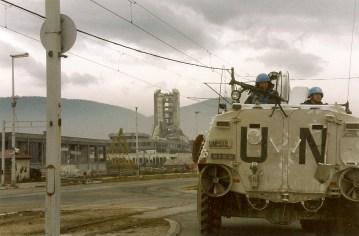 """Un blindado de Naciones Unidas en la llamada """"Avenida de los Francotiradores"""" en Sarajevo. Se llamaba así porque toda la zona estaba dominada por francotiradores serbios que no dudaban en disparar a civiles y soldados que intentasen cruzar. Fuente: Wikipedia"""