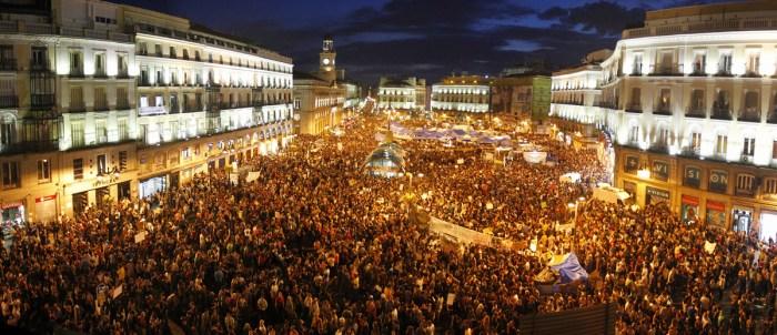 La Puerta del Sol en una de las noches de protesta. A las 12 se producía el llamado 'grito mudo'. Fuente: Hoipoi