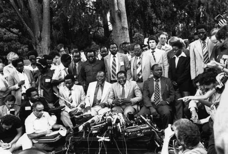 Mugabe tras la declaración de independencia