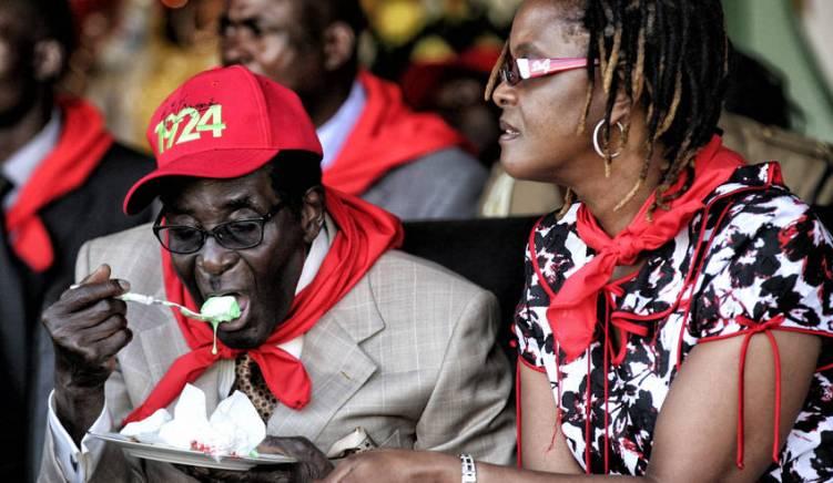 Mugabe comiendo tarta en la celebración de su 89 cumpleaños en 2013. Imagen de REUTERS por Philimon Bulwayo