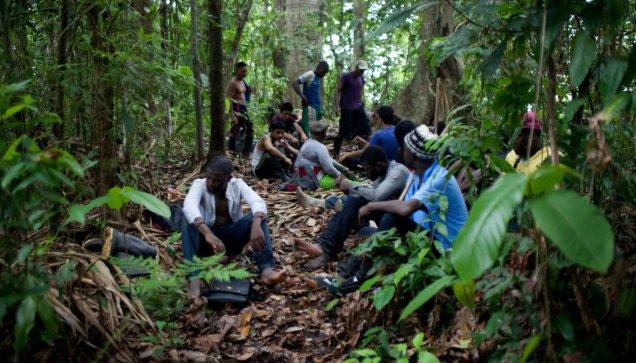 Un grupo de inmigrantes descansa en un sendero del Darién. Fuente: Huffington Post