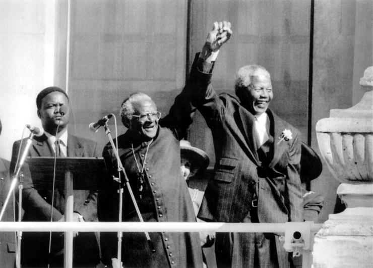 Desmond Tutu, arzobispo de Ciudad del Cabo, y Nelson Mandela, el día de su victoria electoral en 1994. Foto de Dudley Brooks para Washington Post