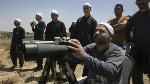Un grupo de drusos observa los combates de la guerra de Siria desde la frontera con Israel. Fuente: Al Jazeera