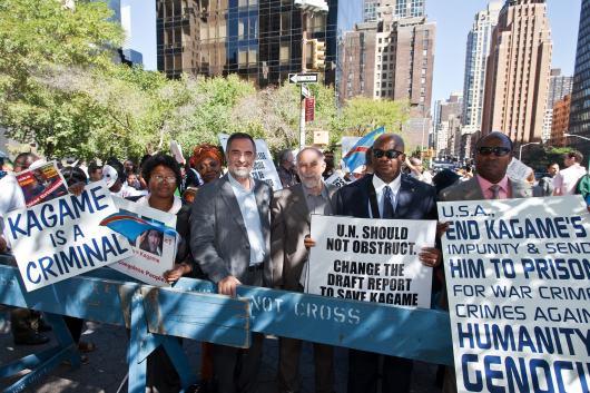 Los españoles Pere Sampol y Juan Carrero se han implicado en protestas contra el presidente Kagame (Nueva York, 2010). Fuente: AfroAmerica