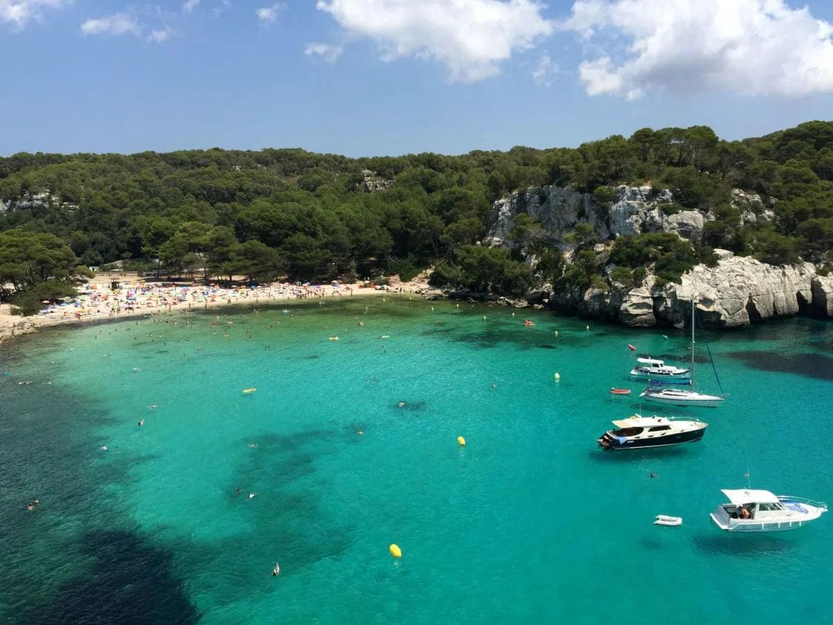 Que hacer en Menorca, Cala Macarella y barcos