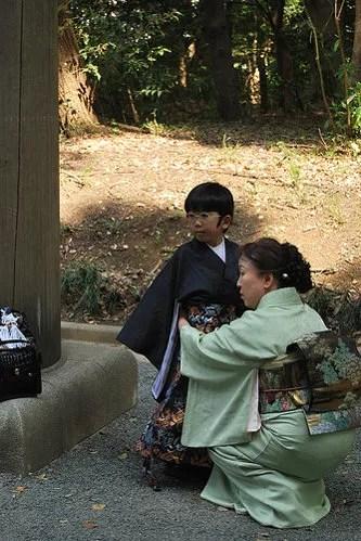 Ajustando la yukata en el Meiji Jingu de Tokio