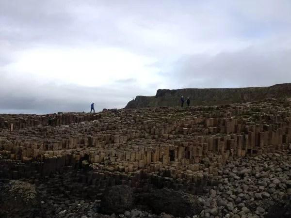 Caminando sobre la Calzada del Gigante en Irlanda del Norte
