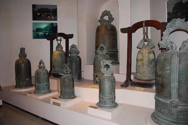 Campanas de bronce en el Museo de Historia de Hanoi