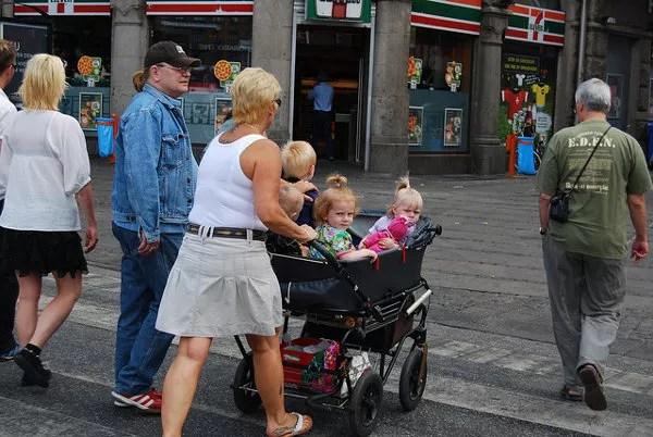 Carros con cuatro niños en Rådhuspladsen