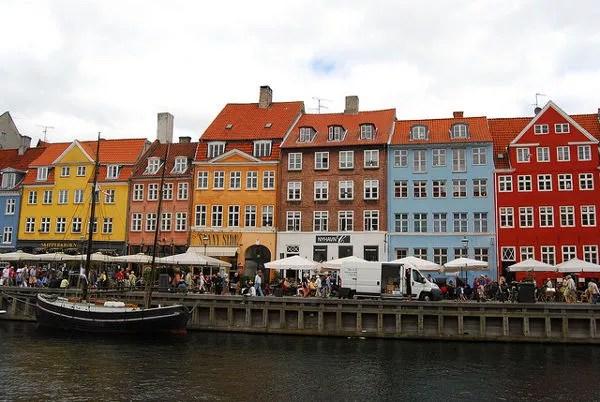 Casas de colores en el canal de Nyhavn en Copenhague