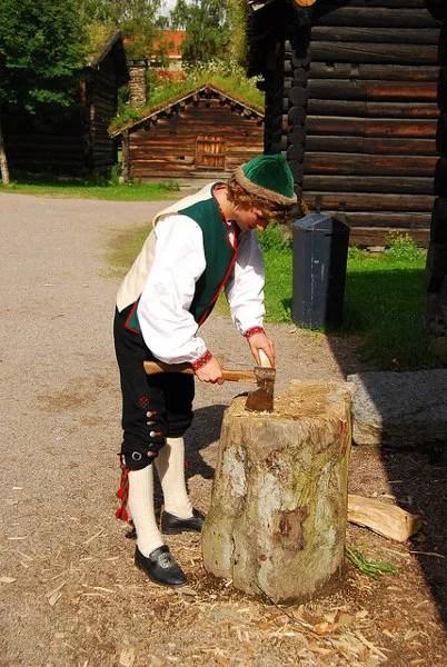 Cortando leña en el Museo del pueblo noruego de Oslo