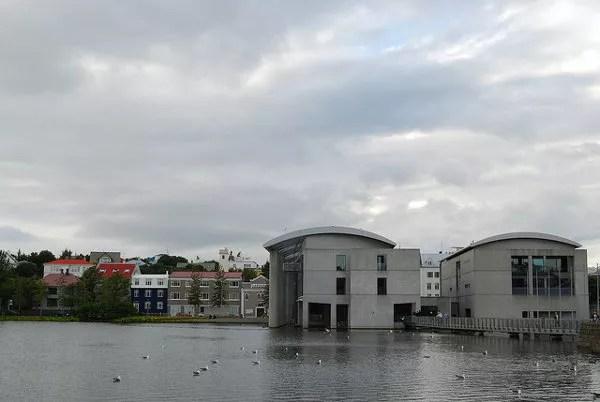 El ayuntamiento de Reikiavik visto desde el lago Tjörn