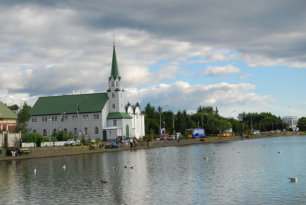 El lago Tjörn de Reikiavik