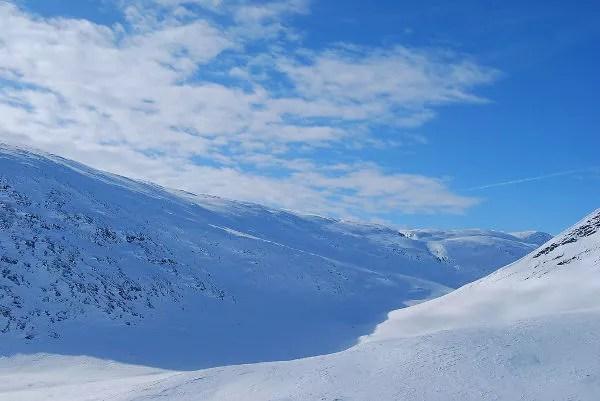 El valle Tjäktjavagge desde el paso Tjäktja en Laponia Sueca