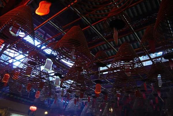 Espirales de incienso colgadas del techo del Man Mo Temple