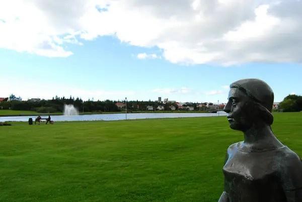 Estatua en el lago Tjörn de Reikiavik