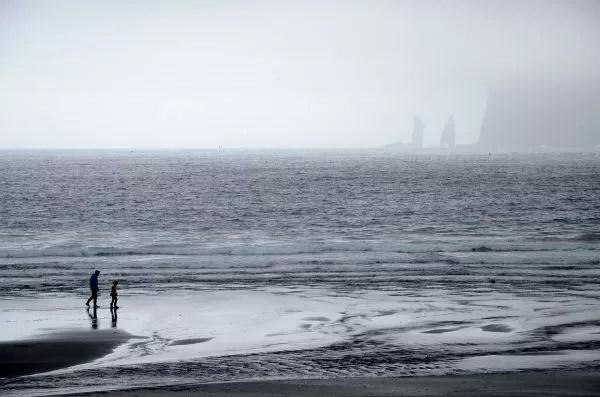 Fotos Islas Feroe. Tjørnuvík. La playa de arena negra.