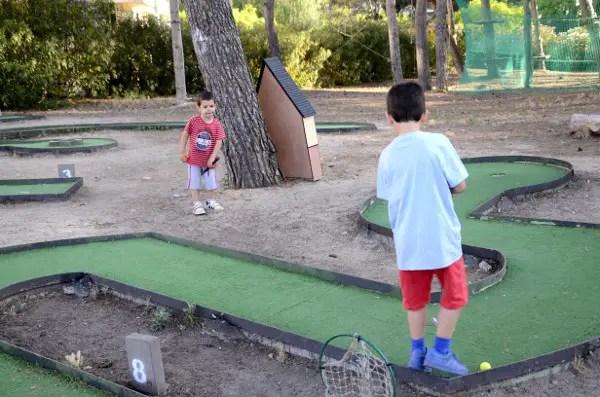 Fotos Salou, Teo y Oriol en el mini golf de BoscAventura