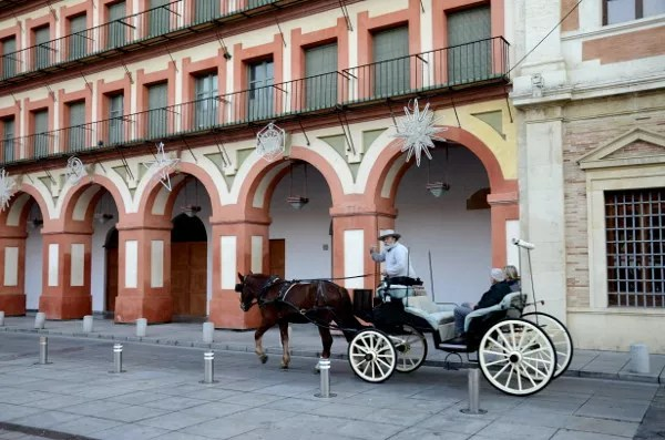 Fotos de Córdoba, coche de caballos en la plaza de la Corredera