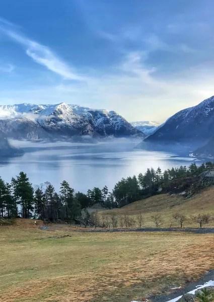 Fotos de Hardanger en Noruega, lago en la carretera