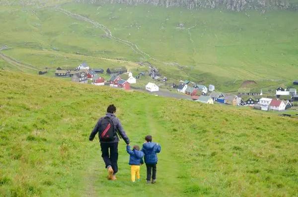 Fotos de Islas Feroe. Mykines, Vero, Teo y Oriol hacia la aldea