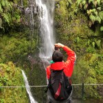 Fotos de Madeira, Pau fotografiando una cascada en el sendero do Caldeirao Verde