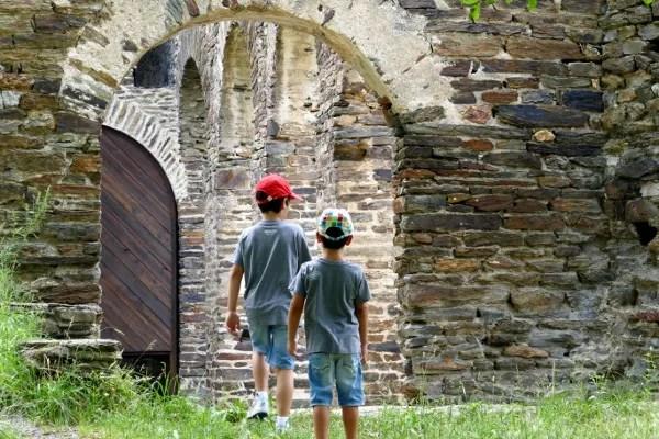 Fotos de Pirineo de Lleida, Teo y Oriol cerca Monasterio de Sant Pere de Burgal