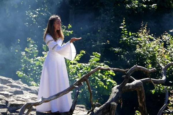 Fotos de Puy du Fou, doncella de blanco