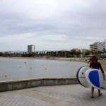 Fotos de Salou, surfista en la playa