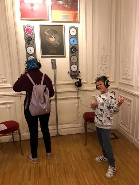 Fotos de Viena en Austria, Oriol escuchando en la Casa de la Musica