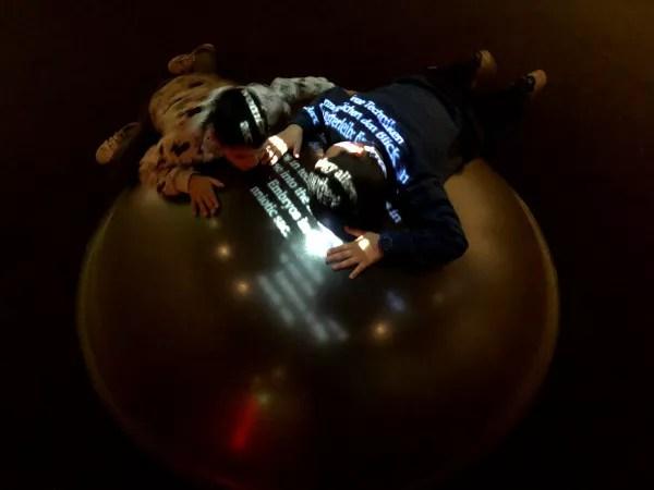 Fotos de Viena en Austria, Teo y Oriol escuchando en la Casa de la Musica