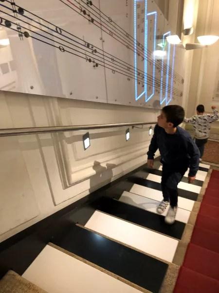 Fotos de Viena en Austria, Teo y Oriol piano escalera Casa de la Musica