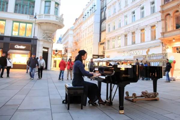 Fotos de Viena en Austria, pianista tocando cerca de la Casa de la Musica