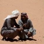 Fotos de Wadi Rum, Jordania - beduinos hablando