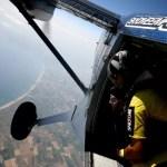 Fotos de saltos en paracaidas en Empuriabrava, en la ventana