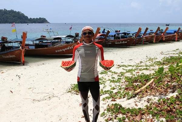 Fotos de viajes a Tailandia con niños y NaaiTravels, vendedor playa