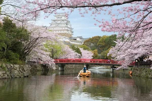 Fotos del Castillo de Himeji en Japón, barca bajo el puente