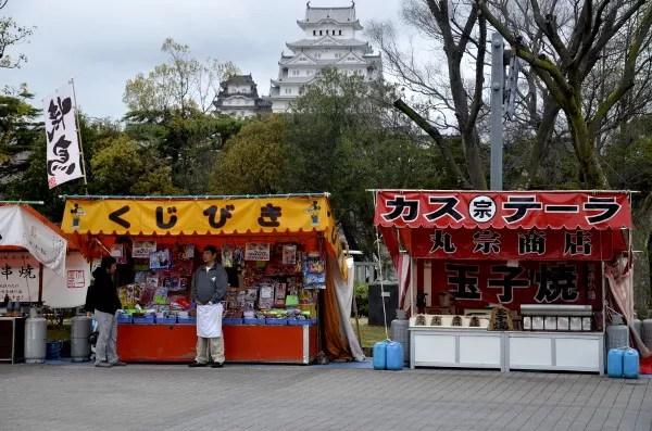 Fotos del Castillo de Himeji en Japón, puestos de comida