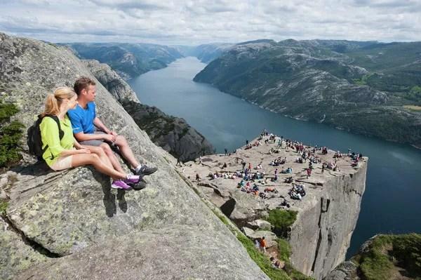 Fotos del Púlpito en los Fiordos Noruegos, gente arriba