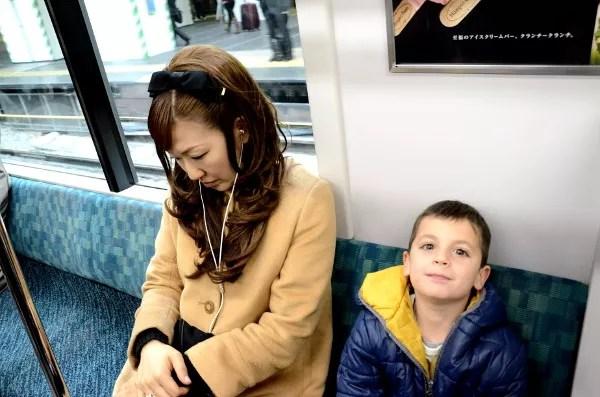 Fotos del metro de Tokio, Teo y una mujer durmiendo