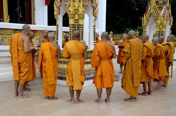 Fotos del viaje a Tailandia con niños, monjes rezando