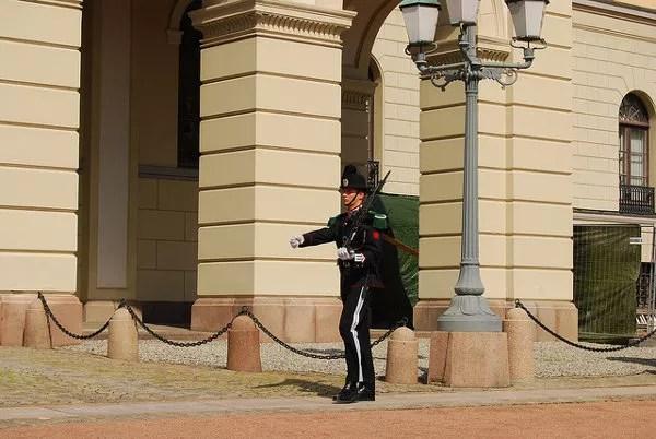 Guardia Real ante el Palacio de Oslo