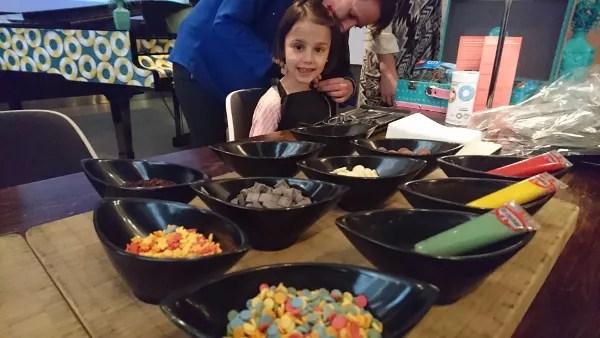 Fotos de Barcelona con niños, Le Meridien Barcelona pastelitos
