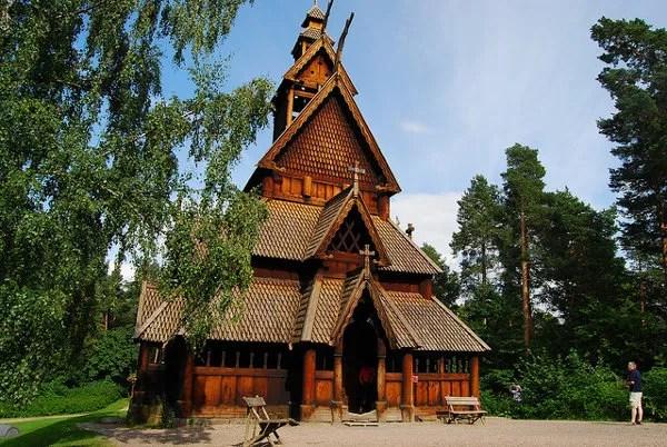Iglesia de madera en el Museo del pueblo noruego de Oslo