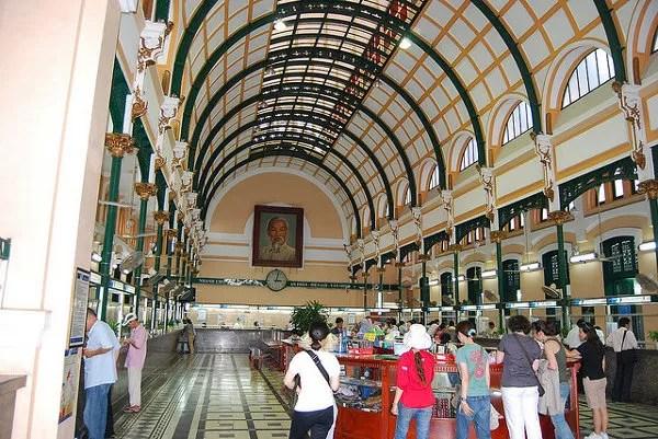 Interior de la Oficina Central de Correos de Saigón