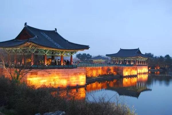 La hora azul en el estanque Anapji de Gyeongju