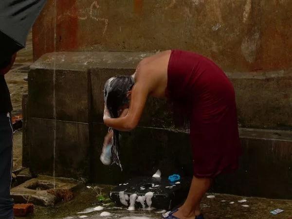 Lavándose el pelo en la fuente de Khokana